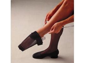 Pone medias y calcetines de compresión